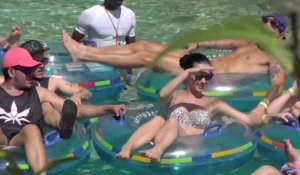 Katy Perry se la coule douce en bikini