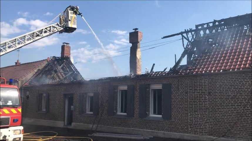 Un routier secourt un couple de retraités d'une maison en feu à Maretz