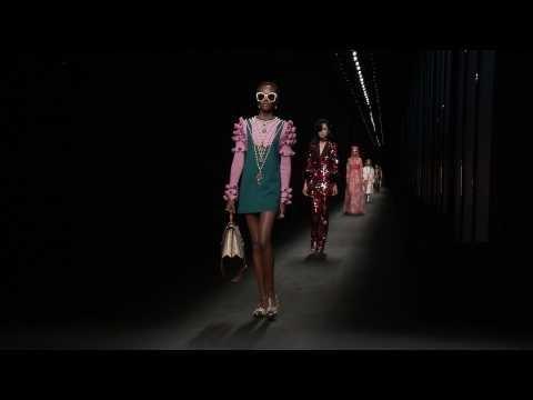 a5109500820b5 Gucci- collection FEMME Automne-Hiver 2016 17 à Milan sur Orange Vidéos