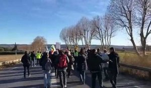 Manosque : le cortège des manifestants descend au rond-point de l'A51