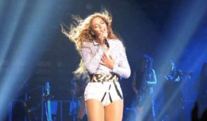 Beyonce's Hair Caught During Concert