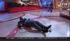 SHAQUILLE O'NEAL chute en direct pendant l'émission Inside The NBA