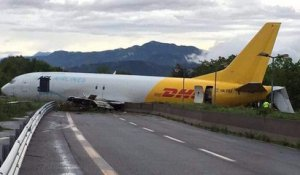 Un avion rate son atterrissage et finit sur une route