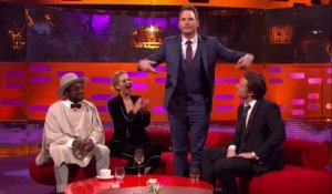 Chris Pratt fait un tour de magie interminable à Will.I.am et Jennifer Lawrence. Tellement drole!