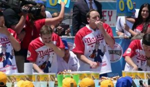 72 hot-dogs en 10 mn: Joey Chestnut bat son propre record