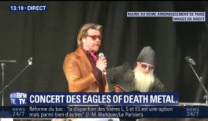 Commémorations du 13-Novembre: les Eagles of Death Metal improvisent un concert devant la mairie du 11e