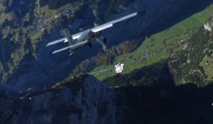 Ces 2 base jumpers rerentrent dans leur avion en plein saut en wingsuit... Dingue
