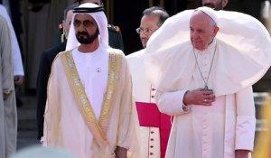 Le pape François rate une marche et tombe à Czestochowa en Pologne