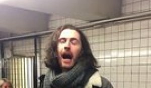 Hozier chante dans le métro de New York ! Take me to church