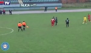 EN VIDEO : un gardien bosnien frappe un arbitre