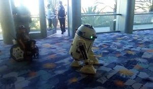 R2-D2 danse avec un enfant en chaise roulante ! Star Wars Celebration 2015