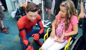 Tom Holland visite un hopital d'enfants habillé en Spiderman !
