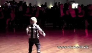 A 2 ans, il danse le Rock And Roll !