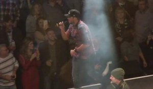 Ce chanteur invite un fan à chanter et le frappe en concert ! Luke Bryan