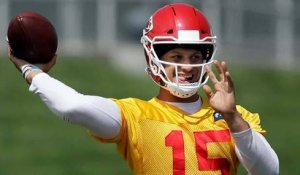 The Chiefs' new duo: Patrick Mahomes hits Sammy Watkins at OTAs