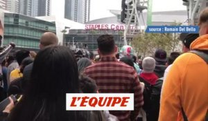 Des supporters des Lakers se rassemblent devant le Staples Center - Basket - Mort de Kobe Bryant