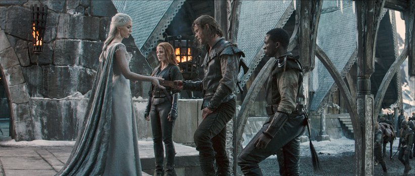 Le Chasseur et la reine des glaces : Photo Chris Hemsworth, Emily Blunt, Jessica Chastain