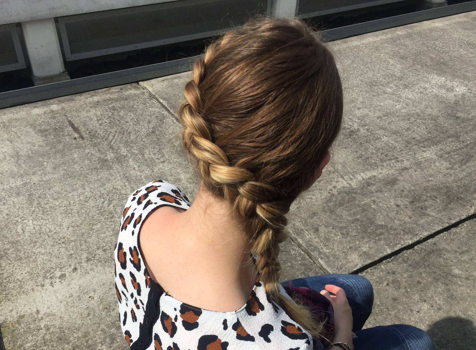 Apprenez à réaliser étape par étape la coiffure tendance de la saison  la tresse  collée