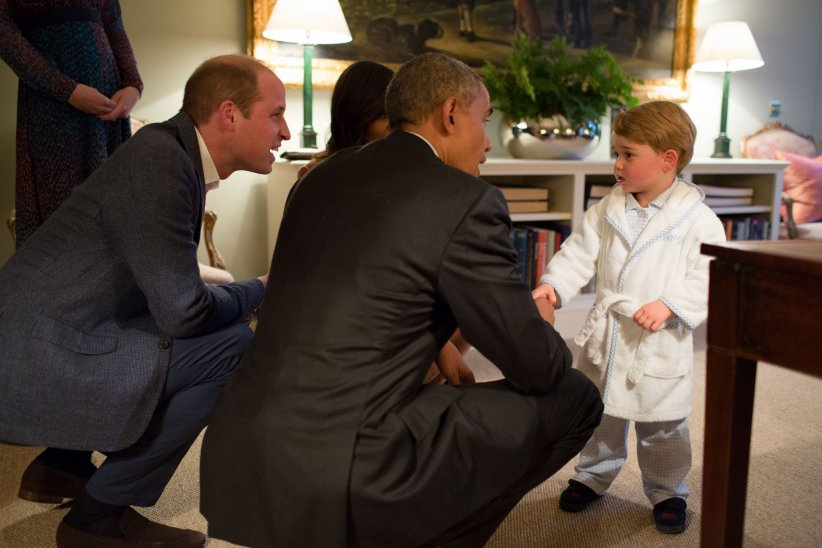 Barack Obama et sa femme Michelle Obama rendent visite au prince William et à Kate Middleton au Kensington Palace à Londres, le 22 avril 2016. Le prince George est venu dire bonsoir au président en pyjama.