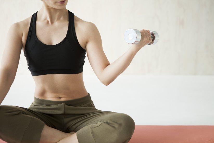 Des exercices simples à pratiquer chez vous vous aideront à obtenir des bras  plus fermes. 4bf84d33df3