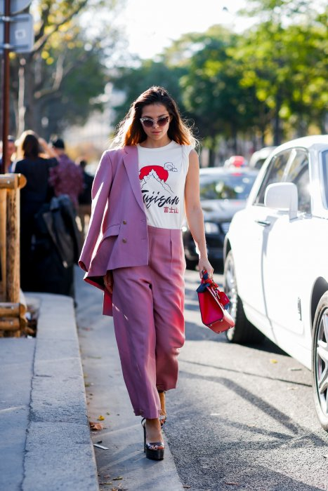 Osez le total look rose avec l'ensemble pantalon-veste