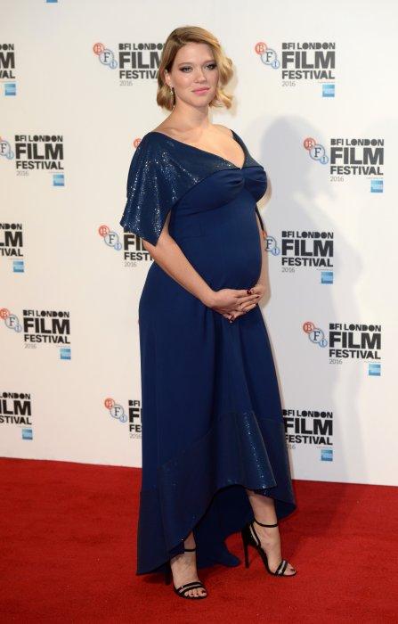 Léa Seydoux en une robe de soirée bleu nuit longue empire avec manche