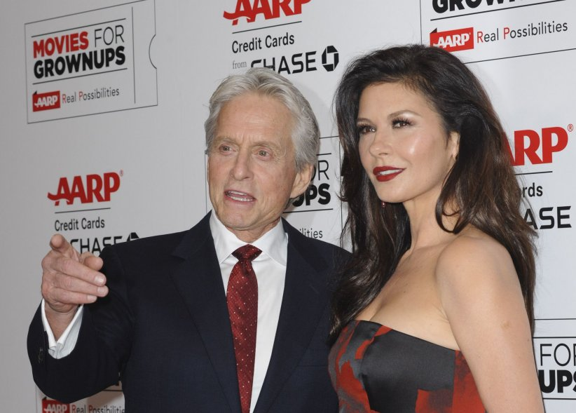 Michael Douglas et Catherine Zeta-Jones sur le tapis rouge des Movies For Grownups Awards à Los Angeles, en février 2016.
