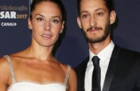 Pierre Niney et Nata­sha Andrews heureux parents